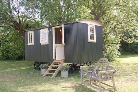 Luxury Shepherds Hut with Ensuite - Faversham