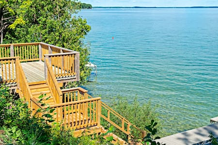 WATERFRONT Luxury Cottage Lake Simcoe(sleeps 16)