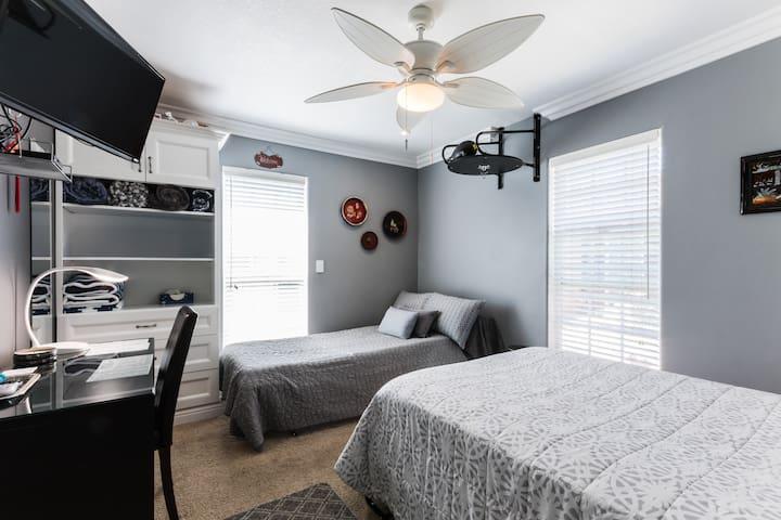 1 Rm, 2 Bed, 1 Bath. Quiet. BLU (2-3 guests)