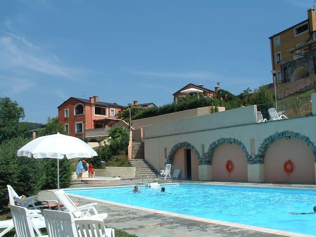 Affascinante borgo con piscina