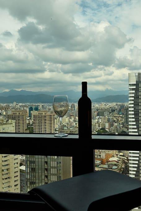 30樓的高樓夜景,很有浪漫氛圍喔提供高腳椅,你可以坐在這兒,喝個紅酒,欣賞美麗的夜景.