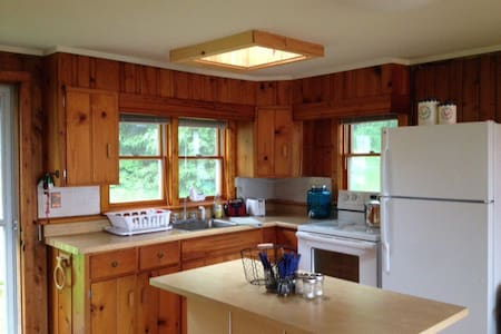 Knotty pine cabin on all sport lake - Hus