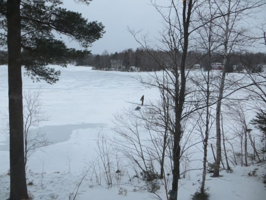 Balade hivernale sur le lac gelé.  À l'occasion on peut y patiner...