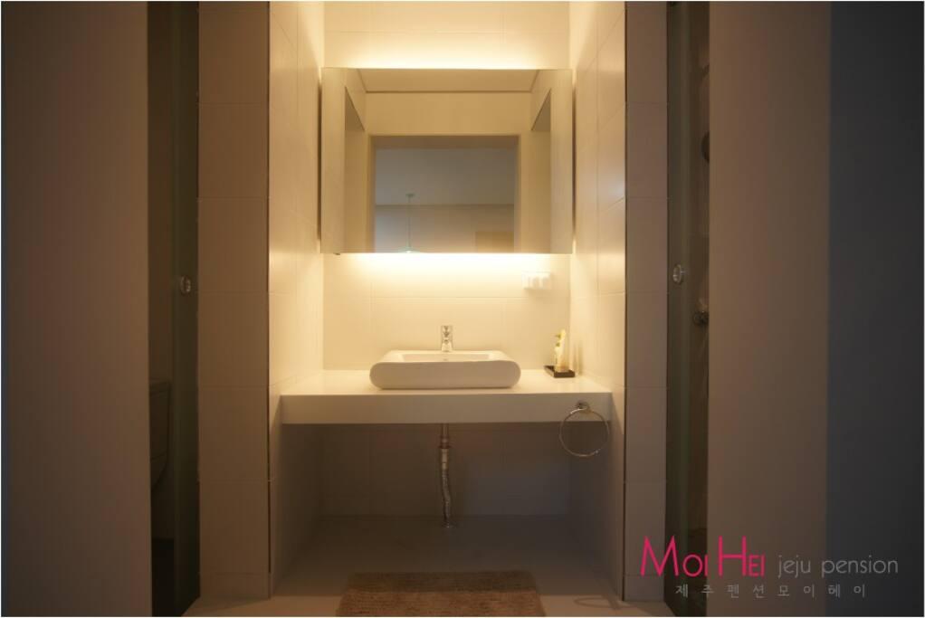 독립된 욕실과 세면대와 화장실