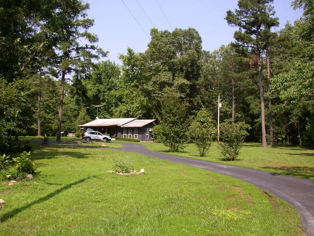 Pet Friendly 3 Bedroom 2 Bath Home in the Forest - Mt Ida - Huis