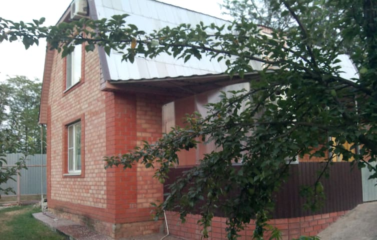 100 sq.m two-story house with a big garden - Krasnoflotskiy - Huis