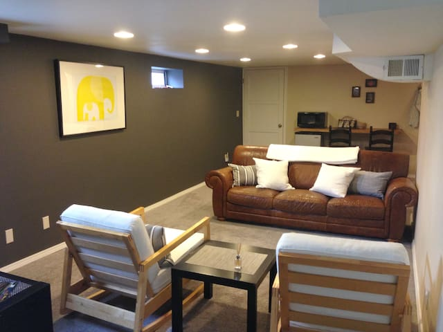 Steps from lively Georgetown ★ Sleeps 6 ★ Parking
