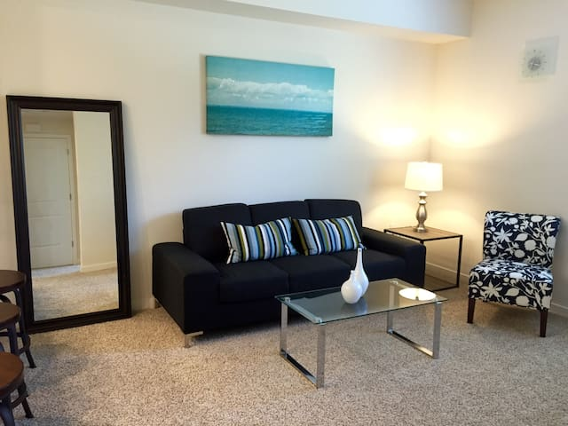 Beautiful SM 1Bd! Pool+Gym+Smart TV!! (I)