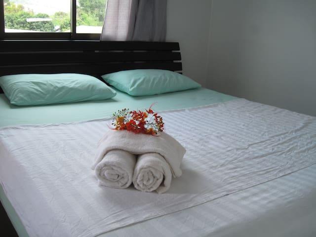 standard room with kingside bed