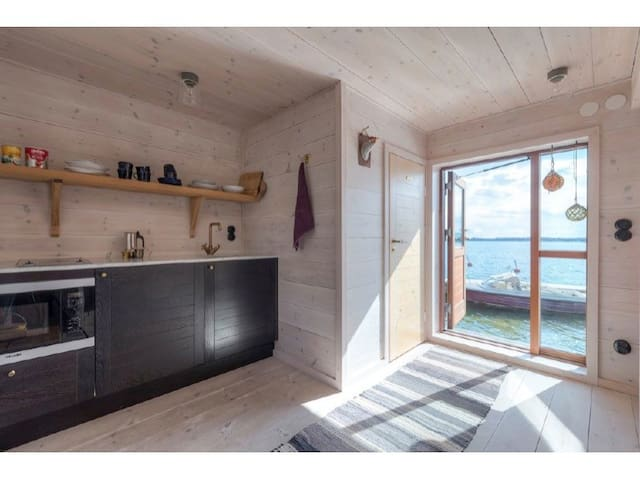 Sjöstugor med privat brygga och bastu, fri utsikt.