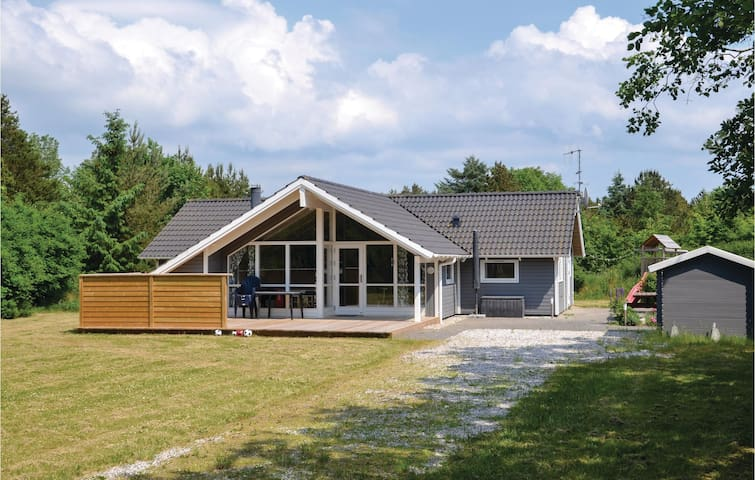 Holiday cottage with 3 bedrooms on 106m² in Oksbøl
