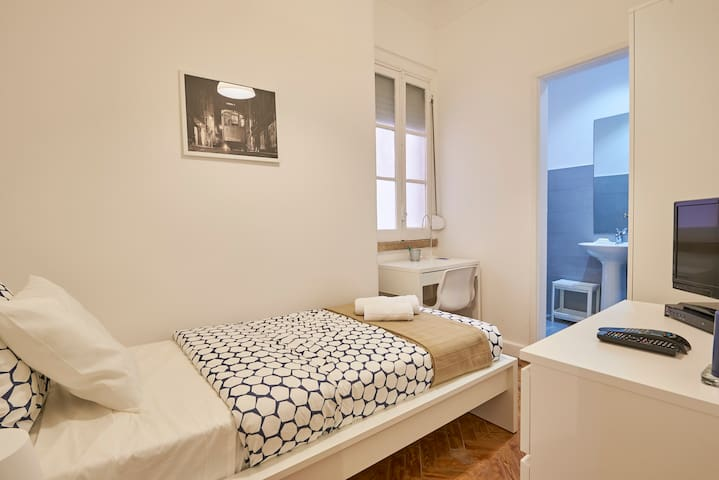 Top Single Room with Private Bathroom