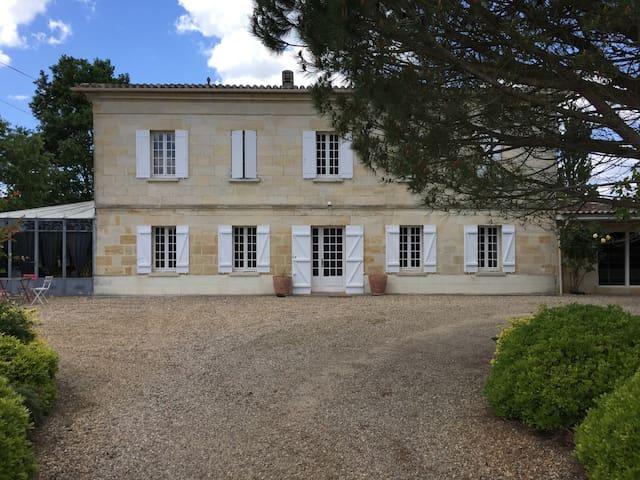 Maison en pierre dans le Bordelais - La Riviere - House
