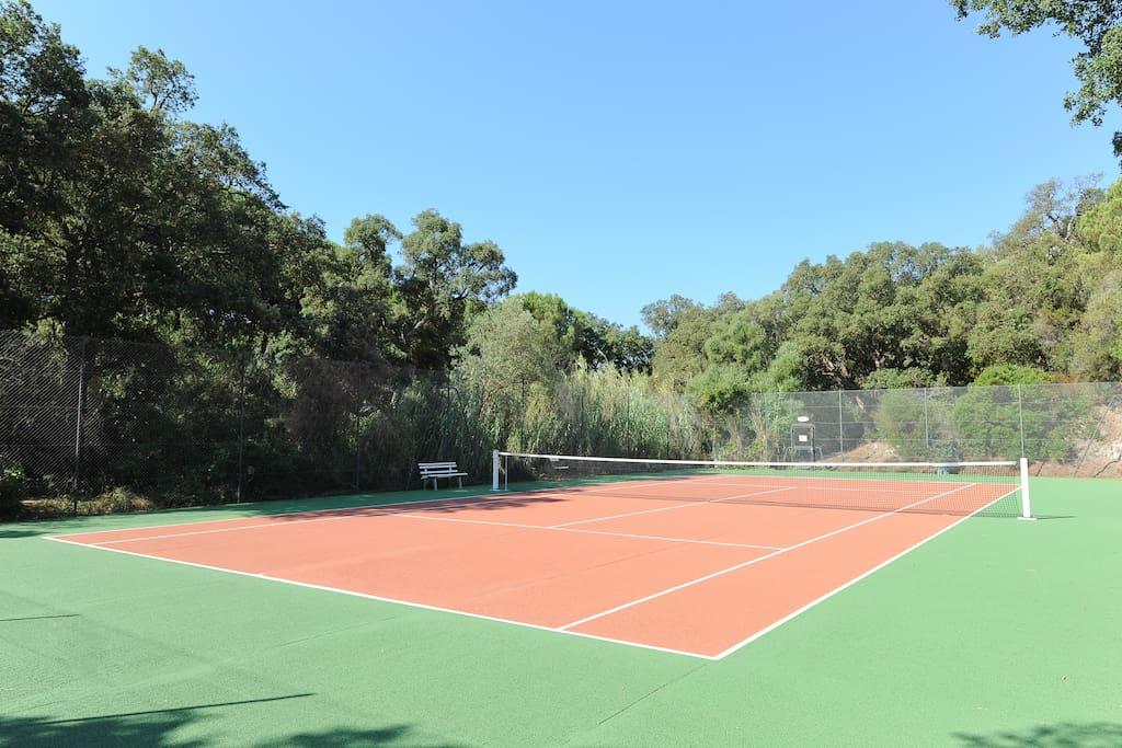 the private tennis of the villa...