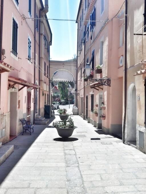 La via in cui si trova l'appartamento vicinissima ai giardini pubblici
