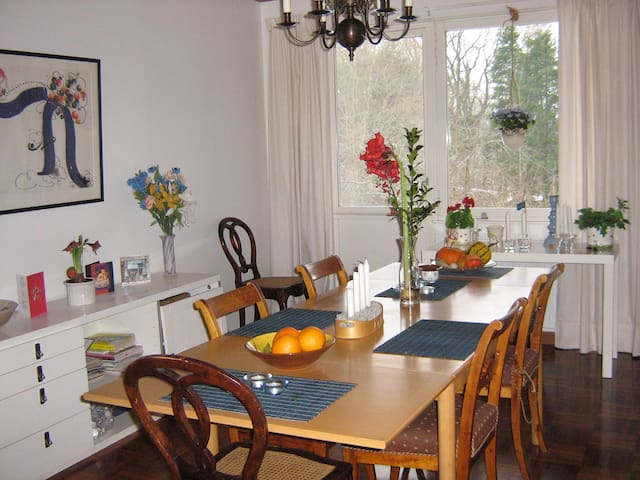 Frukost rum serveras i köket och kan man intas här.