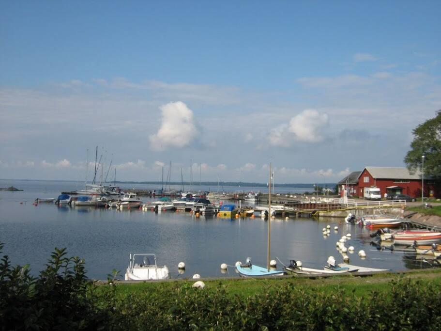 Stora Rörs hamn där det finns en krog och ett  kafe', bageri och en juicebar.
