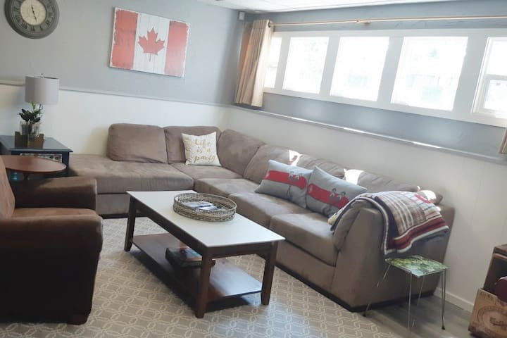 Large 2 bedroom Private Suite/ 3 beds-Full kitchen