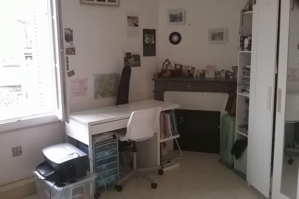 Fausse cheminée et bureau pour travailler si besoin.
