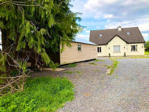 Country side jewel 5 mins from Carrick town Center