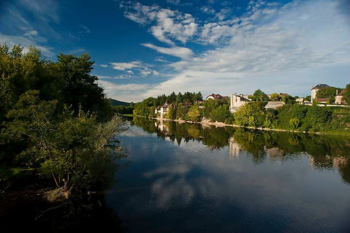 Meyronne vu de l'autre rive de la Dordogne.