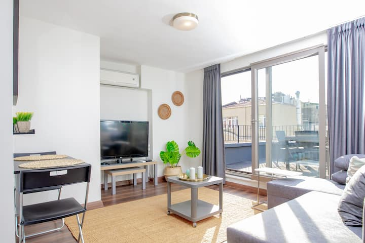 Bright & Centrally Located Flat w/Terrace & A/C