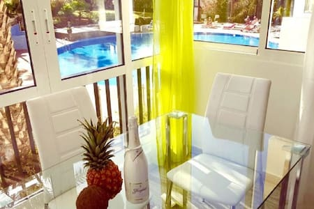103.Enchanting pool view, wifi free and sea front