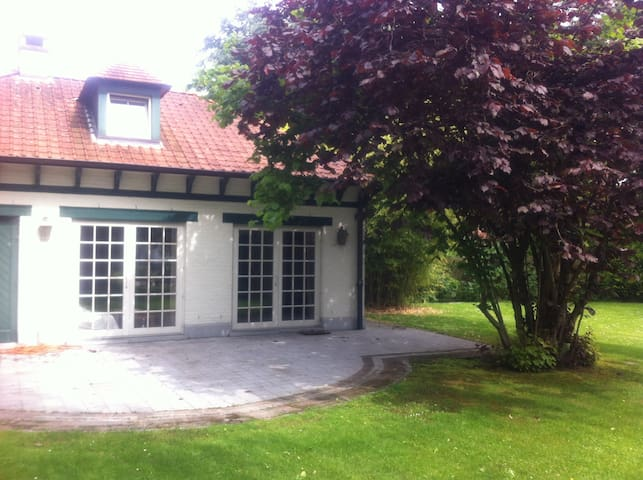 Petite maison en fond de jardin - Woluwe-Saint-Pierre - Rumah