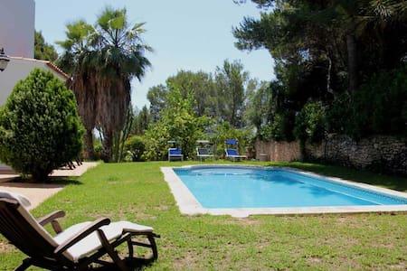 habitacion, terraza y piscina - santa Eulalia del Rio - ที่พักพร้อมอาหารเช้า