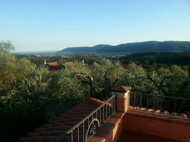 Beautiful room with wonderful view - Sarzana - Ev