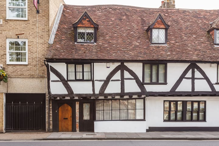 Ensuite in 15th Century Town House - Salisbury - House