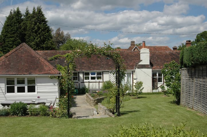 Charming cottage in W Sussex - Near Petworth - Talo