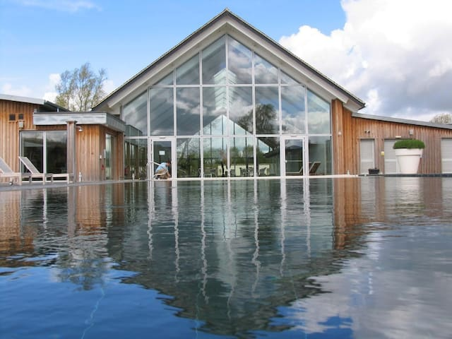 Spacious Modern Lakeside Property - Somerford Keynes