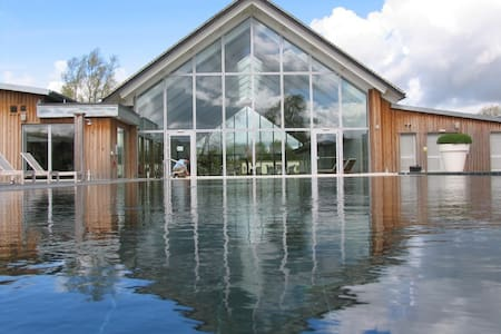 Spacious Modern Lakeside Property - Somerford Keynes - Hus