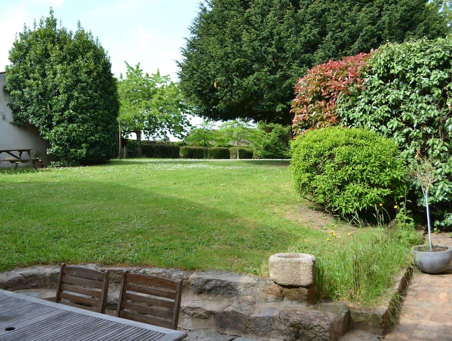 Votre terrasse au pied du jardin de 5000 m²