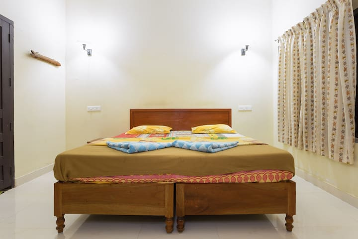A Private Room Near To An Old Paddy Field - kumily/idukki - House
