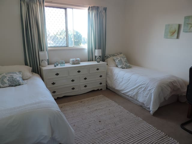 Gold Coast on Canals  2 single beds