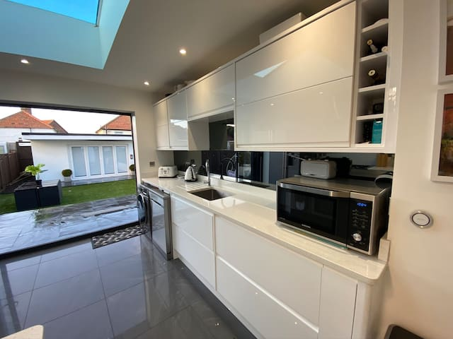 Modern 2 bedroom House in Deal, Kent with bar area