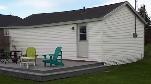 Comfy Cottage close to beach, trails and downtown!