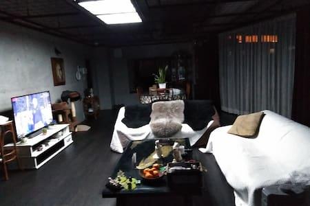 お洒落な部屋と、美しい景色、猫のいる風景。