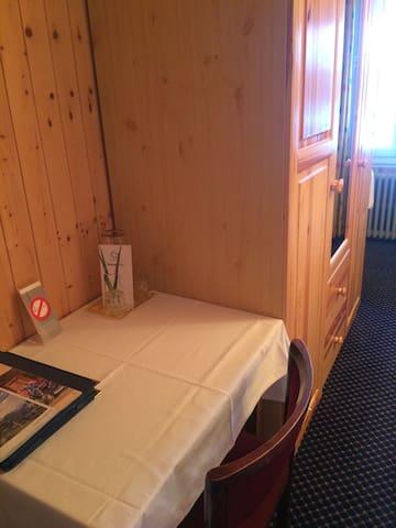Schreibtisch mit Informationsmappe