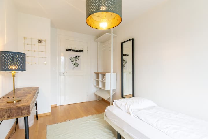 93 / private entrance / balcony/ 3 min to station