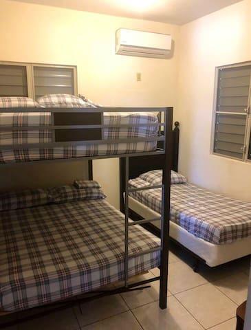 Cuarto #2// cama sencilla y litera full abajo y arriba