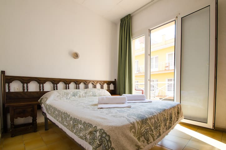 Double bed with balcony - Lloret de Mar - Bed & Breakfast