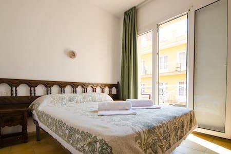 Double bed with balcony - Lloret de Mar - Bed & Breakfast