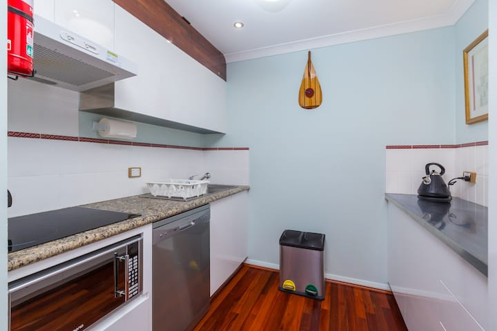 Neat as a pin! Central Northbridge 1 bed apartment