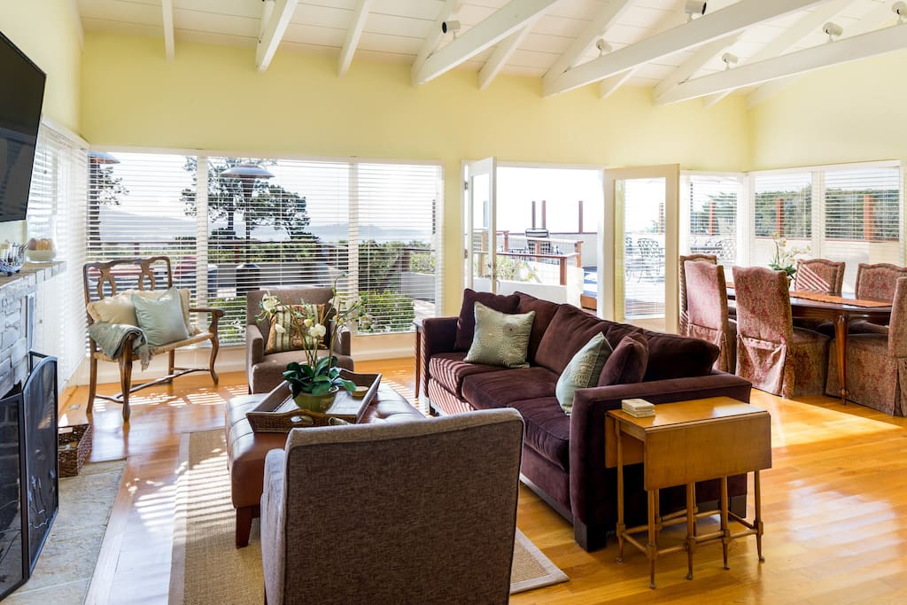 Sun-drenched and open-concept living area. Home is professionally cleaned by housekeeping staff.