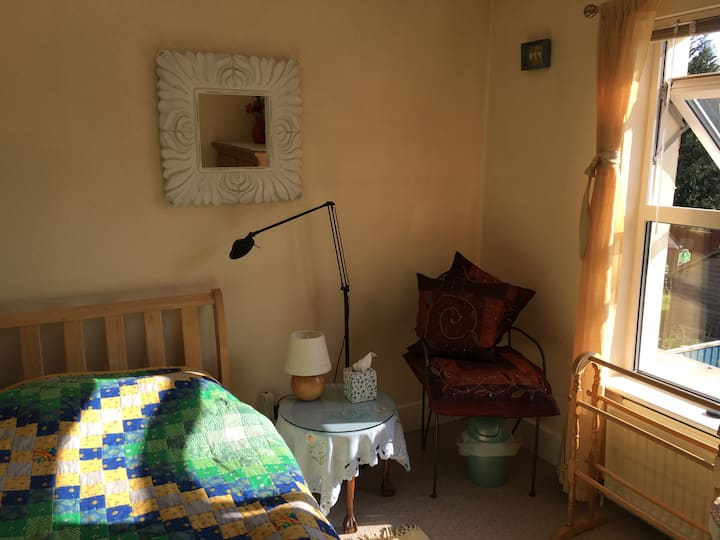 Peaceful Room close to town & sea