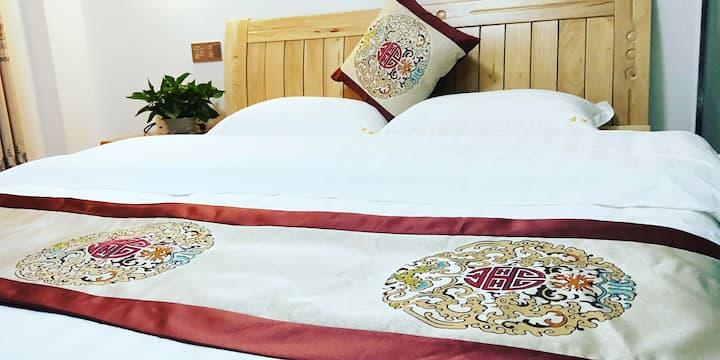 301~1.8米大床房,可入住2人,房间宽敞明亮,安静舒适,设备齐全