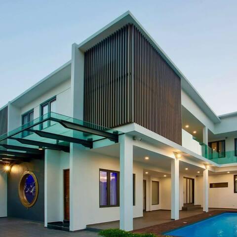 独一无二的时尚室内设计,提供私人泳池与娱乐设施,绝对能让你们有个完美的住宿享受
